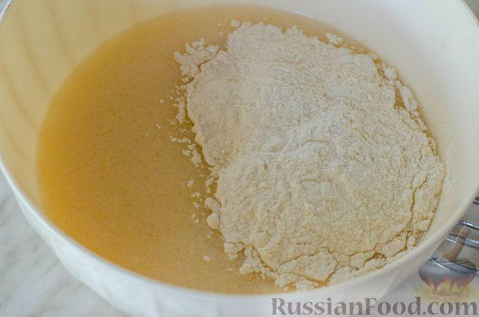 Фото приготовления рецепта: Открытые пирожки с пикантной начинкой из мясного фарша с овощами - шаг №5