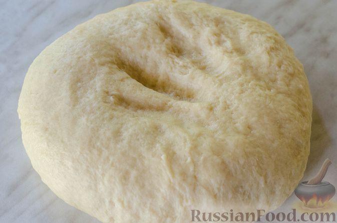 Фото приготовления рецепта: Открытые пирожки с пикантной начинкой из мясного фарша с овощами - шаг №6