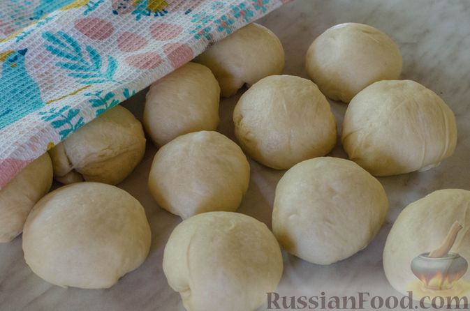 Фото приготовления рецепта: Открытые пирожки с пикантной начинкой из мясного фарша с овощами - шаг №16