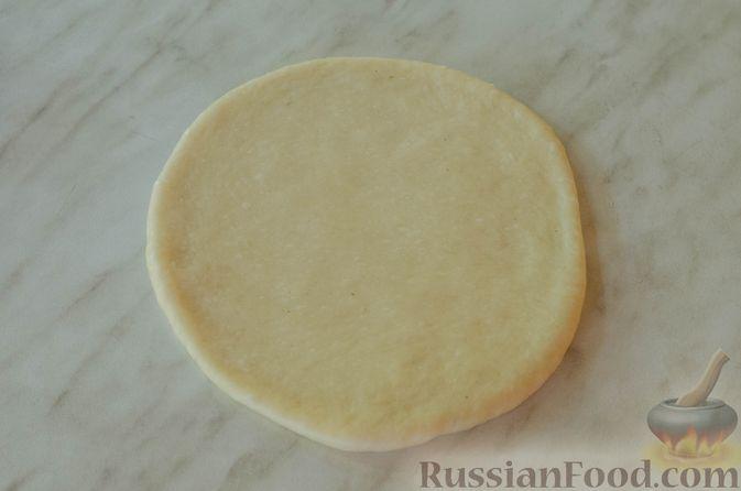 Фото приготовления рецепта: Открытые пирожки с пикантной начинкой из мясного фарша с овощами - шаг №17