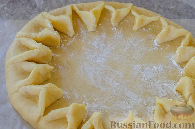 Фото приготовления рецепта: Песочный тарт с яблоками и орехами - шаг №17