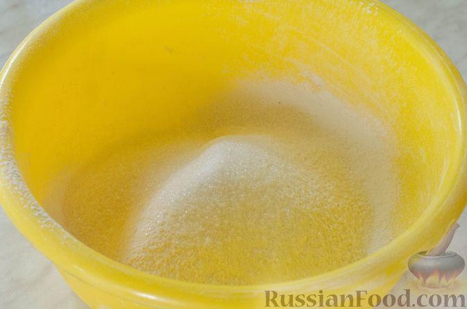 Фото приготовления рецепта: Яблочный пирог с карамелью - шаг №3