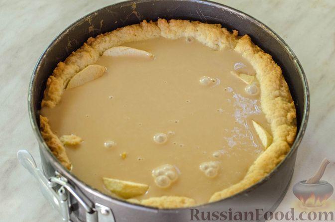 Фото приготовления рецепта: Яблочный пирог с карамелью - шаг №24