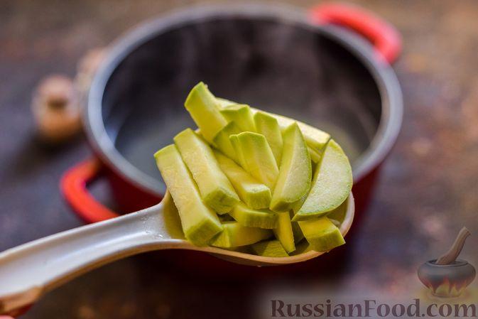 Фото приготовления рецепта: Крем-суп из свеклы с кабачком и куриной грудкой - шаг №7
