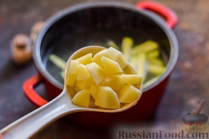 Фото приготовления рецепта: Крем-суп из свеклы с кабачком и куриной грудкой - шаг №8