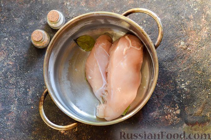 Фото приготовления рецепта: Куриный суп с лапшой удон и варёными яйцами - шаг №2