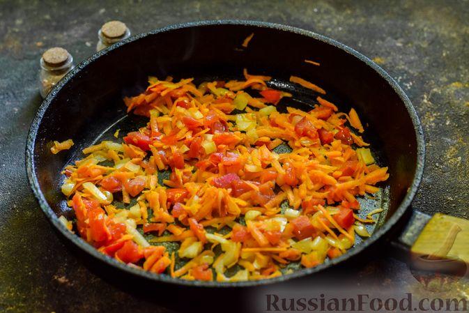Фото приготовления рецепта: Куриный суп с лапшой удон и варёными яйцами - шаг №6