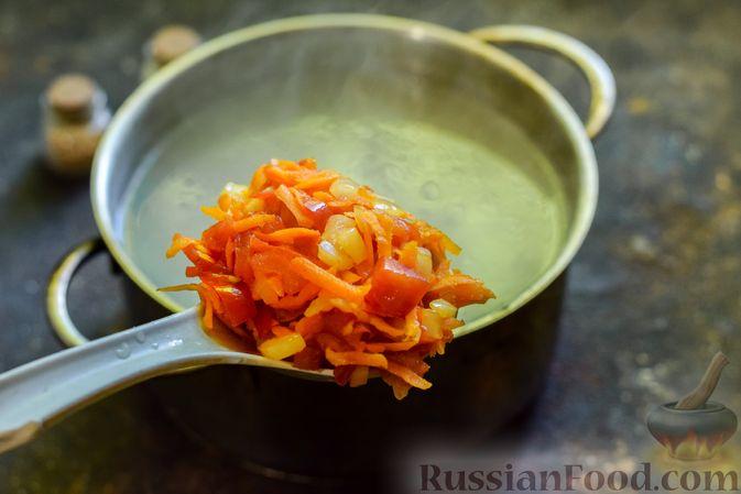 Фото приготовления рецепта: Куриный суп с лапшой удон и варёными яйцами - шаг №7