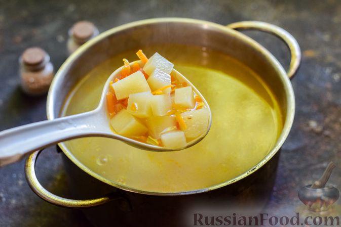 Фото приготовления рецепта: Куриный суп с лапшой удон и варёными яйцами - шаг №8
