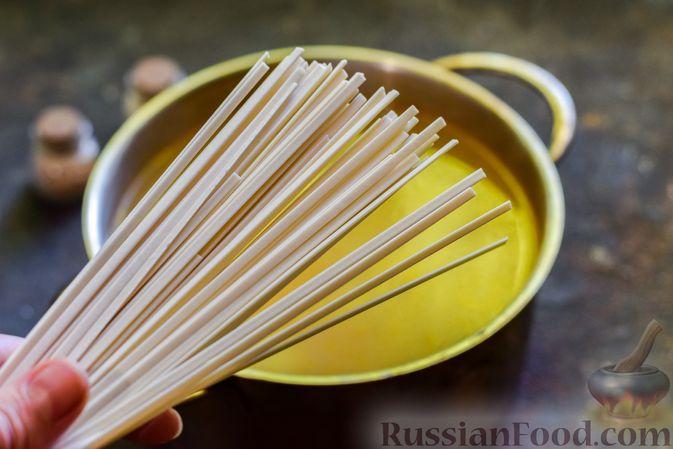 Фото приготовления рецепта: Куриный суп с лапшой удон и варёными яйцами - шаг №9