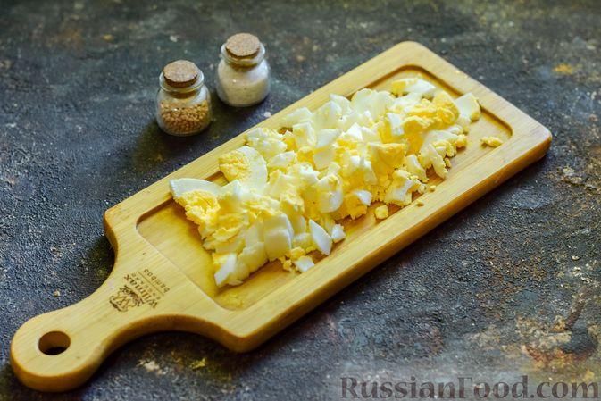 Фото приготовления рецепта: Куриный суп с лапшой удон и варёными яйцами - шаг №10