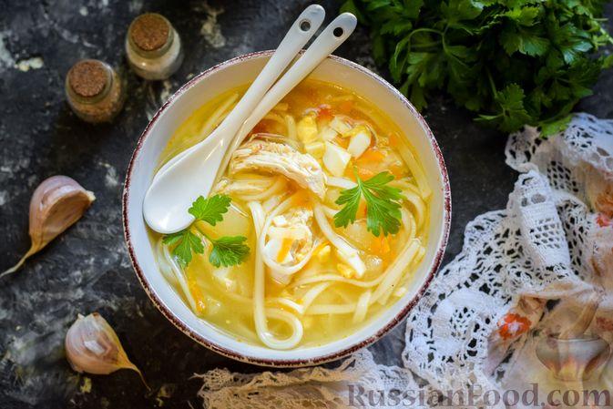 Фото приготовления рецепта: Куриный суп с лапшой удон и варёными яйцами - шаг №13