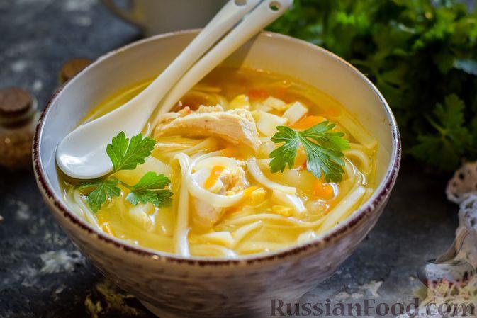 Фото приготовления рецепта: Куриный суп с лапшой удон и варёными яйцами - шаг №14