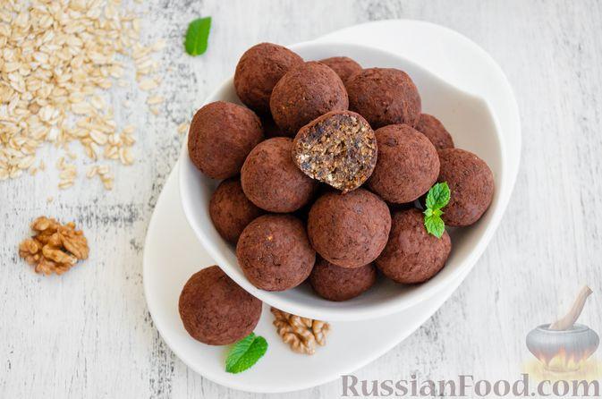 Фото к рецепту: Конфеты из овсяных хлопьев с изюмом, черносливом и орехами
