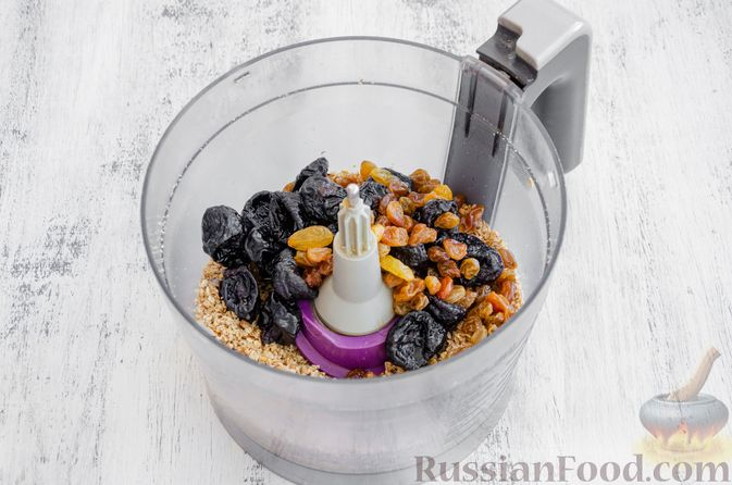 Фото приготовления рецепта: Конфеты из овсяных хлопьев с изюмом, черносливом и орехами - шаг №8