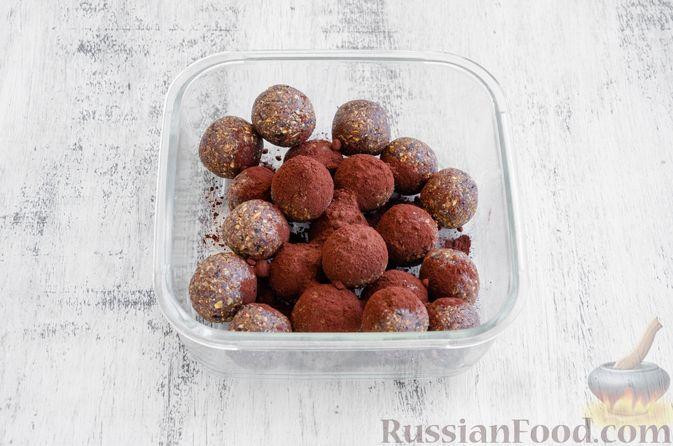 Фото приготовления рецепта: Конфеты из овсяных хлопьев с изюмом, черносливом и орехами - шаг №11