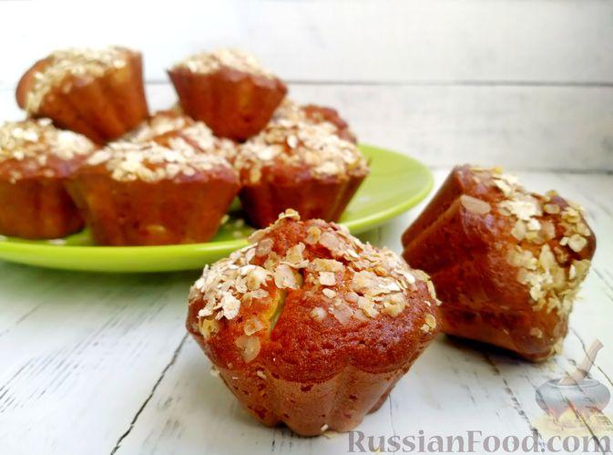 Фото к рецепту: Маффины на кефире, с яблоками, овсяными хлопьями и корицей