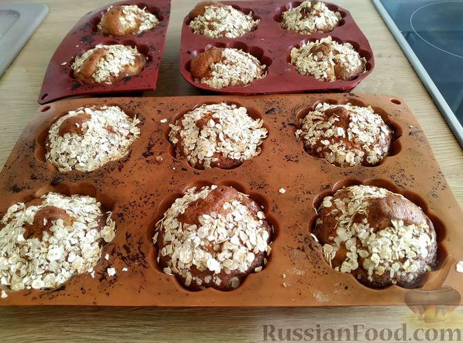 Фото приготовления рецепта: Маффины на кефире, с яблоками, овсяными хлопьями и корицей - шаг №8