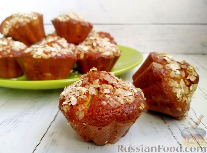 Фото приготовления рецепта: Маффины на кефире, с яблоками, овсяными хлопьями и корицей - шаг №9