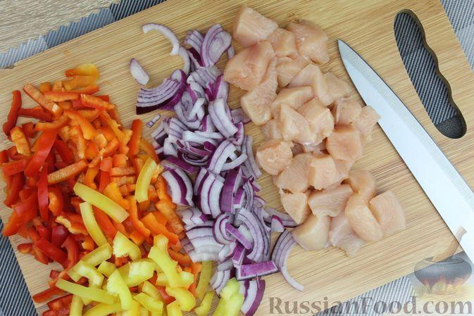 Фото приготовления рецепта: Макароны с курицей, сладким перцем и сыром (на сковороде) - шаг №2