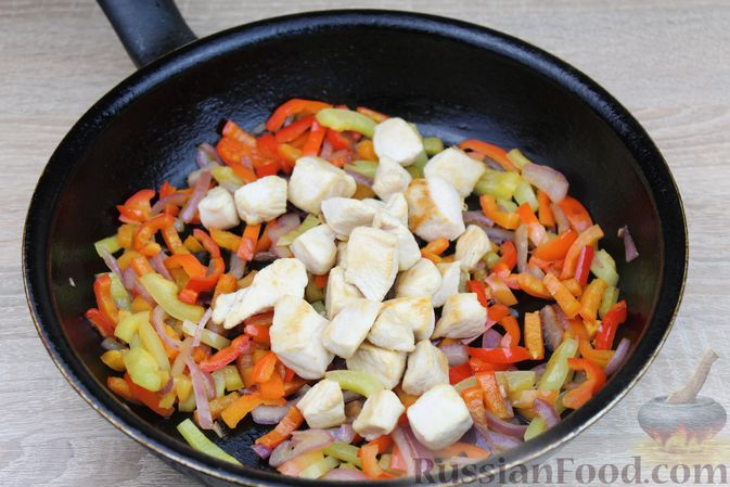 Фото приготовления рецепта: Макароны с курицей, сладким перцем и сыром (на сковороде) - шаг №5