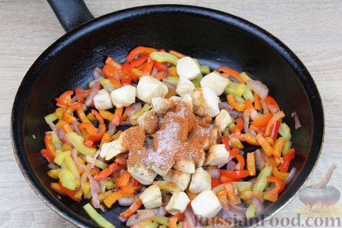 Фото приготовления рецепта: Макароны с курицей, сладким перцем и сыром (на сковороде) - шаг №6