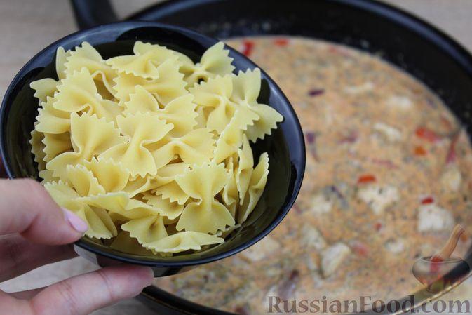 Фото приготовления рецепта: Макароны с курицей, сладким перцем и сыром (на сковороде) - шаг №8
