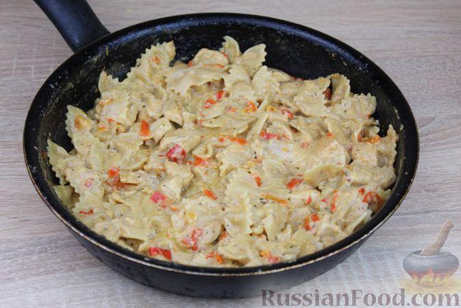 Фото приготовления рецепта: Макароны с курицей, сладким перцем и сыром (на сковороде) - шаг №11
