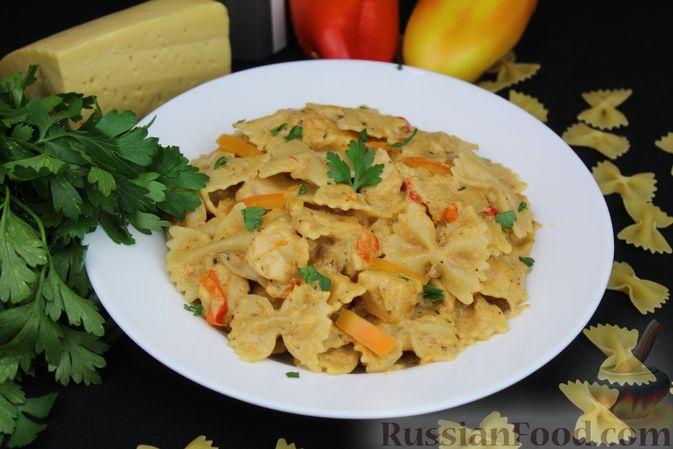 Фото приготовления рецепта: Макароны с курицей, сладким перцем и сыром (на сковороде) - шаг №12