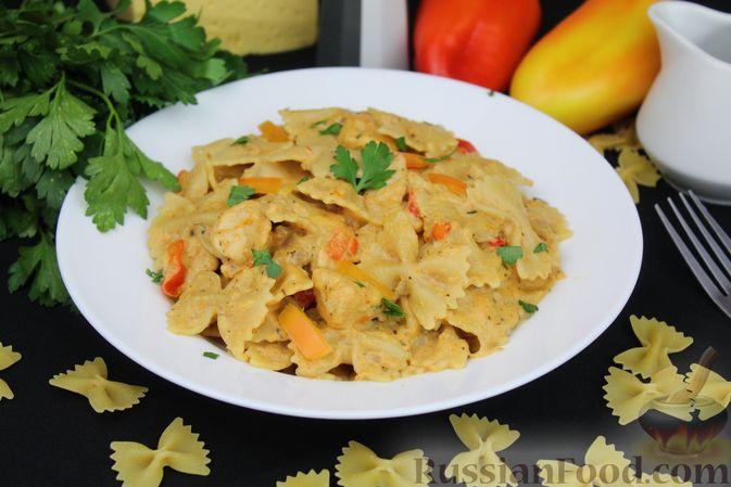 Фото приготовления рецепта: Макароны с курицей, сладким перцем и сыром (на сковороде) - шаг №13