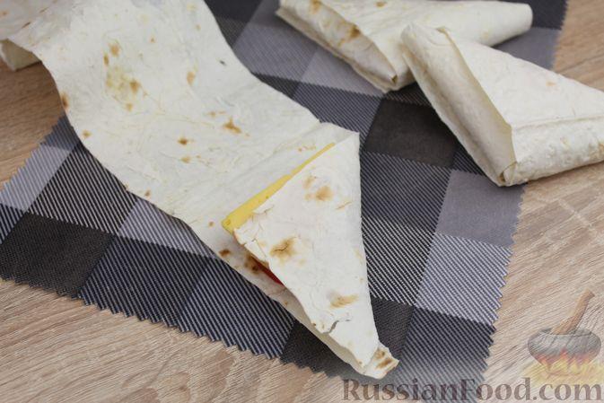 Фото приготовления рецепта: Хлебный омлет с ветчиной, помидорами и сыром - шаг №13