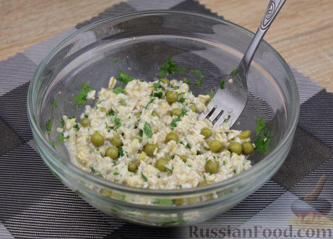 Фото приготовления рецепта: Овсянка с консервированным горошком, чесноком и зеленью - шаг №9
