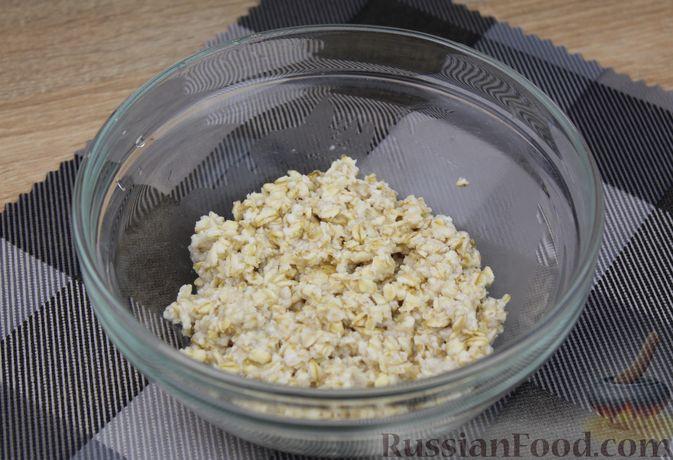 Фото приготовления рецепта: Овсянка с консервированным горошком, чесноком и зеленью - шаг №4