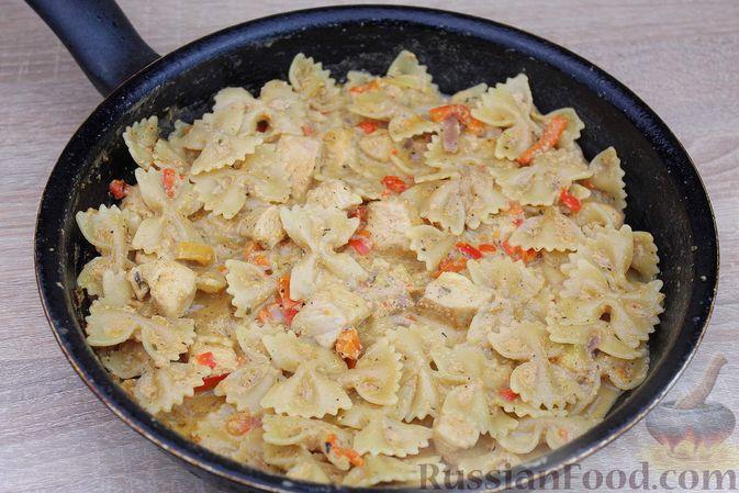 Фото приготовления рецепта: Макароны с курицей, сладким перцем и сыром (на сковороде) - шаг №9