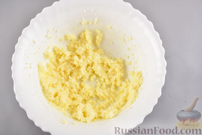 Фото приготовления рецепта: Песочный пирог со сливами и корицей - шаг №3