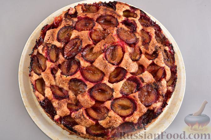 Фото приготовления рецепта: Песочный пирог со сливами и корицей - шаг №11