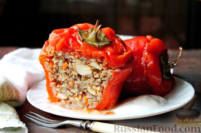 Фото к рецепту: Запечённый болгарский перец, фаршированный гречкой и сыром