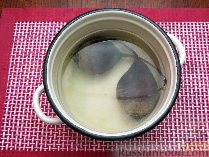 Фото приготовления рецепта: Салат со свёклой, крабовыми палочками и сыром - шаг №2
