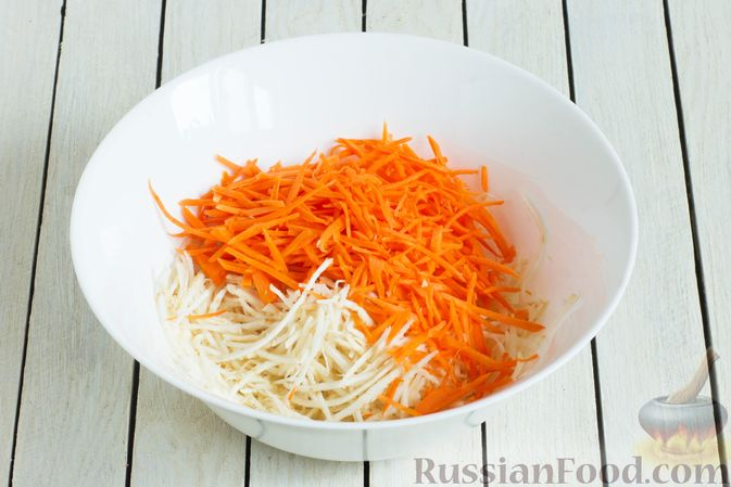 Фото приготовления рецепта: Салат из сельдерея с морковью и сыром - шаг №3