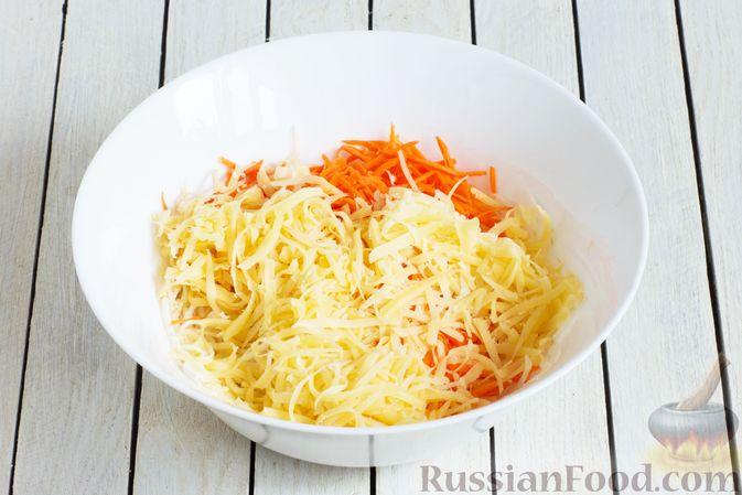 Фото приготовления рецепта: Салат из сельдерея с морковью и сыром - шаг №4
