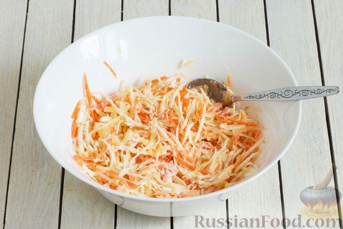 Фото приготовления рецепта: Салат из сельдерея с морковью и сыром - шаг №5
