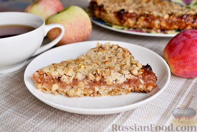 Фото к рецепту: Яблочно-сливовый крамбл с овсяными хлопьями