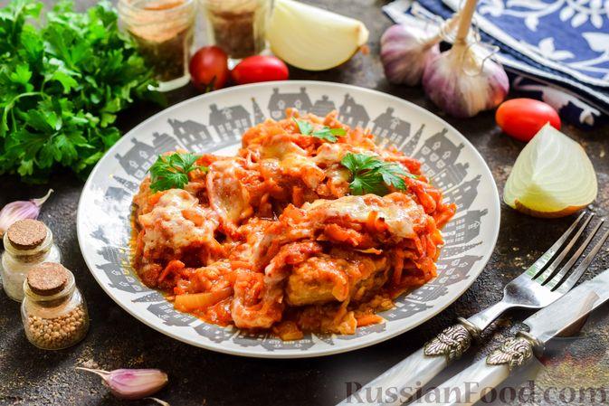 Фото к рецепту: Свиные отбивные, тушенные в томатном соусе, с сыром (в духовке)