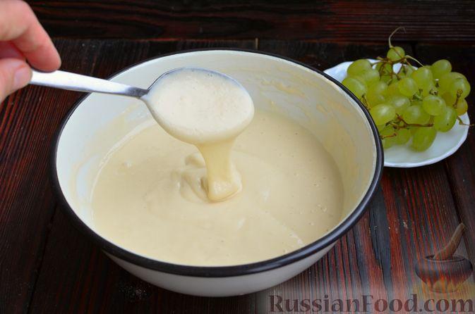 Фото приготовления рецепта: Оладьи с виноградом, на кефире - шаг №5