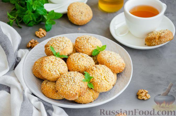 Фото к рецепту: Медовое песочное печенье с грецкими орехами