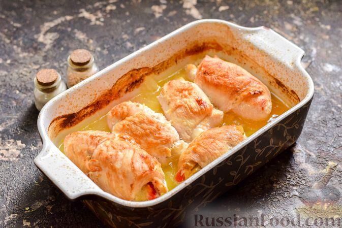 Фото приготовления рецепта: Говяжья печень, тушенная в яблочно-сметанном соусе - шаг №9