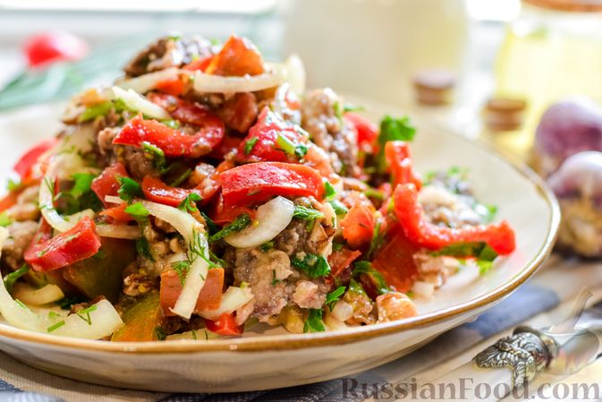 Фото к рецепту: Салат с печенью, сладким перцем, помидорами и орехами