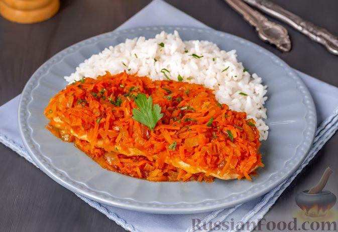 Фото к рецепту: Куриное филе, запечённое с морковью и луком