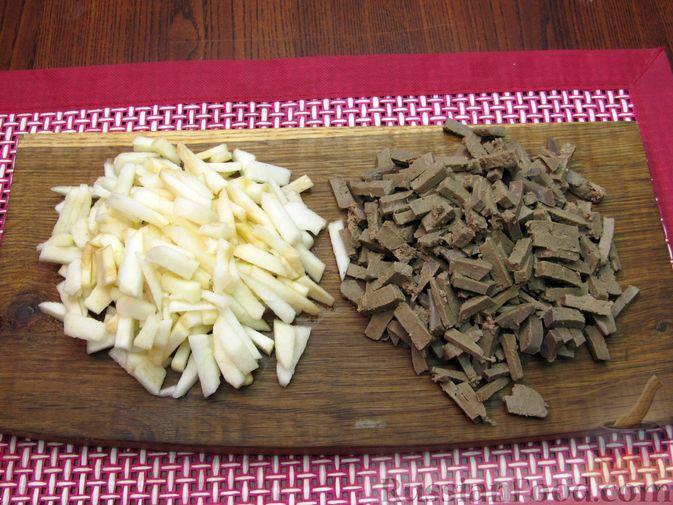 Фото приготовления рецепта: Салат с печенью, яблоками и зеленью - шаг №5