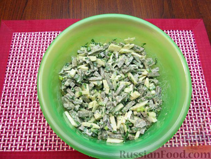Фото приготовления рецепта: Салат с печенью, яблоками и зеленью - шаг №8